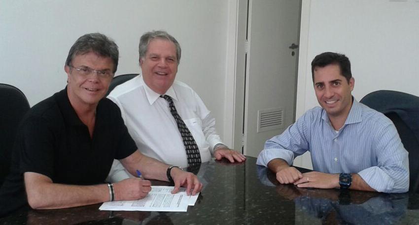 Paulo Barboza assina contrato com a Super Rádio