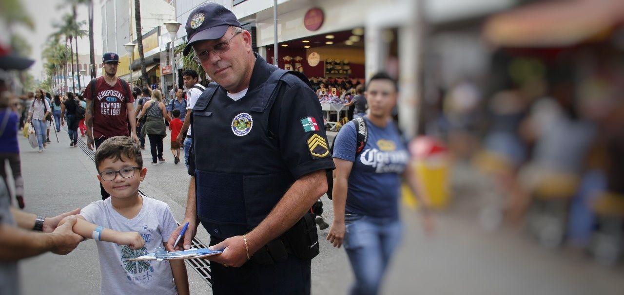 Osasco: GCM distribui pulseiras de identificação para crianças